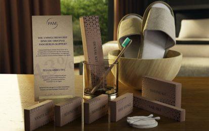 Auf dem Tisch in einem Hotel wird die Eco Line Kosmetik abgebildet. Bambuszahnbürste + Watteüads und Papierwattestäbchen liegen auf dem Tisch.
